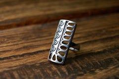 Bijoux féminins - un argent, anneau rectangulaire avec un beau modèle photographie stock libre de droits