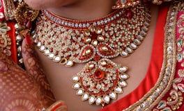 Bijoux indiens de jeune mariée photos stock