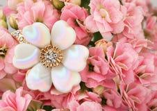 Bijoux sur le fond rose de fleur avec l'espace de copie images libres de droits