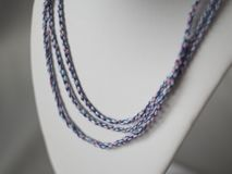 Bijoux tordus colorés de cordes Photos stock