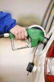 Bijtankende Auto met Pijp van Benzinepomp stock afbeelding