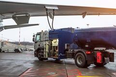 Bijtankende vliegtuigen, vliegtuigenonderhoud bij de luchthaven stock fotografie