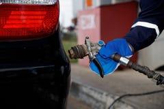 Bijtankende voertuiggasvormige brandstof stock foto