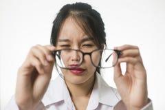 Bijziendheid, close-up van jonge vrouw in oogglazen stock afbeeldingen