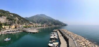 Bijzondere mening van het dorp, met en het strand van Maiori Royalty-vrije Stock Afbeeldingen