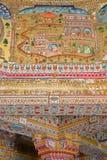BIKANER, RAJASTHAN, ÍNDIA - 23 DE DEZEMBRO DE 2017: Detalhes das pinturas murais dentro do templo Jain de Bhandasar situado no ve fotografia de stock