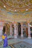 BIKANER RAJASTHAN, INDIEN - DECEMBER 23, 2017: Inre av den Jain Bhandasar templet som lokaliseras i den gamla staden, med färgrik arkivfoton
