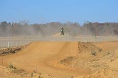 Bike грязи скача высоко Стоковое Изображение