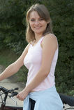 bike ослабляет сь женщину Стоковые Фото