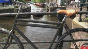Bike ad un ponte con il crogiolo di canale che passa vicino archivi video