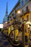 Bike compartiendo la estación y el topo Antonelliana en Turín, Italia Imágenes de archivo libres de regalías