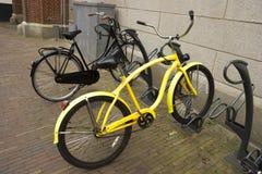 Bike con el neumático plano parqueado en un estacionamiento de la bicicleta Imagen de archivo