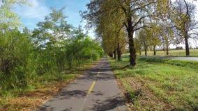 Bike el camino entre las pequeñas ciudades Heviz y Keszthely en Hungría almacen de video