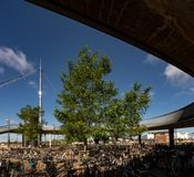 Bike el estacionamiento en el bro de Byens el puente de la ciudad, Dinamarca Fotografía de archivo libre de regalías