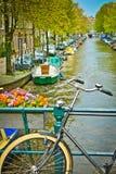 Bici en un puente en Amsterdam Imagen de archivo libre de regalías