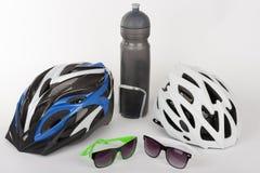 Bike gli accessori, i caschi della bici, gli occhiali e la bottiglia di acqua nella h Immagini Stock