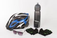 Bike gli accessori, il casco della bici, i guanti della bici, gli occhiali e l'acqua Immagini Stock