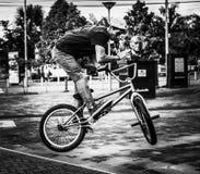 Bike il cavaliere di salto nella città di Puyo nell'Ecuador Immagini Stock