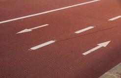 Bike il modo con il segno della bicicletta e le frecce bidirezionali di traffico con lo spazio della copia Segno bianco della bic Fotografia Stock