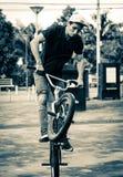 Bike il salto in un parco in città nell'Ecuador Immagini Stock