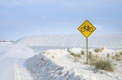 Bike il segno di guida al parco nazionale bianco delle dune di sabbia Fotografia Stock Libera da Diritti