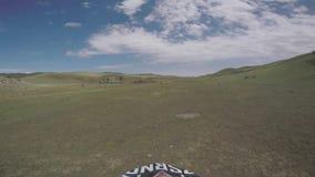 Bike il viaggio di enduro della natura con la bici della sporcizia su nelle montagne caucasiche, le colline, valli video d archivio