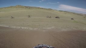 Bike il viaggio di enduro della natura con la bici della sporcizia su nelle montagne caucasiche, le colline, valli archivi video