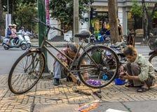 Bike l'affare della riparazione su un angolo della via. Fotografia Stock Libera da Diritti