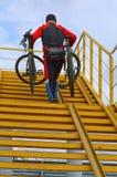 Bike l'ascensore, una scala, sollevante, porti, mani, uomo, forte fotografia stock