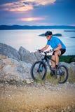 bike la prospettiva biking della montagna delle mani della foresta del fuoco del campo di profondità del ciclista poco profonda Fotografie Stock Libere da Diritti