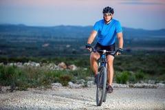 bike la prospettiva biking della montagna delle mani della foresta del fuoco del campo di profondità del ciclista poco profonda Immagine Stock