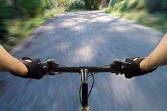 bike la prospettiva biking della montagna delle mani della foresta del fuoco del campo di profondità del ciclista poco profonda Immagine Stock Libera da Diritti