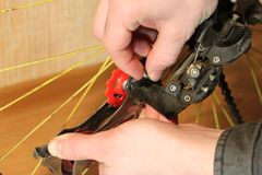 Bike la riparazione, cambiamento delle mani il dettaglio sulla ruota Immagini Stock