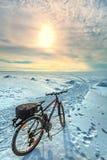 Bike no gelo do mar de Ob Sibéria ocidental Foto de Stock