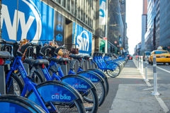 Bike o aluguer nas ruas do dia de New York Foto de Stock