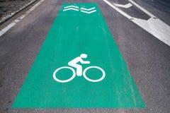 Bike o sinal da pista com marcação do pavimento da seta na estrada asfaltada para e Fotos de Stock
