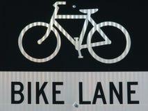 Bike o sinal e o símbolo da pista na luz solar natural. imagens de stock