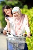 Bike riding мати и дочи Стоковые Фотографии RF