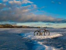 Bike sul lago congelato Laberge, Yukon, Canada immagine stock