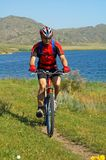 Bike tourist beside lake Royalty Free Stock Photos