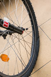 Bike& x27; s泄了气的轮胎 库存图片