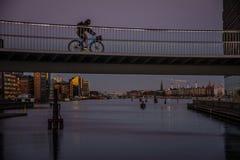 Bikelane dans le ciel dans le port de Copenhague denmark photos stock