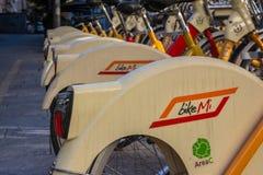 BikeMi logo na stojaku roweru udzielenia bicykle w Mediolańskim Włochy du Zdjęcia Royalty Free