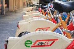 BikeMi station, det offentliga självbetjäningcykelsystemet i Milan Arkivbild