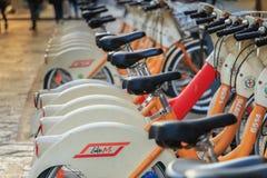 BikeMi station, det offentliga självbetjäningcykelsystemet i Milan Arkivfoto