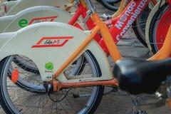 BikeMi station, det offentliga självbetjäningcykelsystemet i Milan Arkivbilder