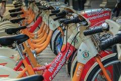 BikeMi station, det offentliga självbetjäningcykelsystemet i Milan Royaltyfri Bild
