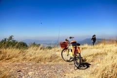 Bikepacking soluppgång på bergslingan arkivfoton
