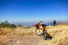 Bikepackingszonsopgang op de bergsleep stock foto's