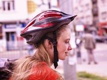 Bikes el casco que lleva de ciclo de la muchacha Imagenes de archivo
